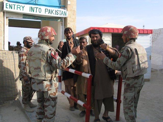 Soldados paquistaníes en el paso fronterizo con Afganistán