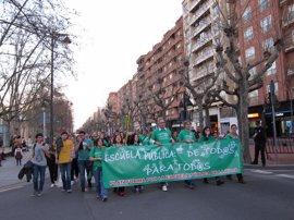 """Una multitudinaria manifestación pide en Logroño la """"potenciación"""" de la escuela pública"""