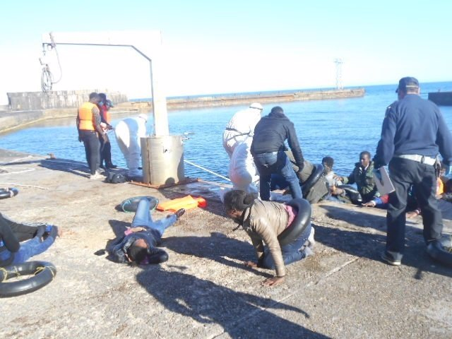 Los ocupantes de la patera desembarcan en Alborán