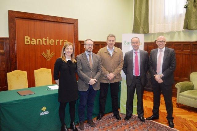 Firma del acuerdo entre Bantierra y AIRBE, este viernes en Zaragoza