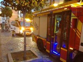 Intoxicadas tres personas por inhalación de humo en un incendio de vivienda cerca de la calle Feria