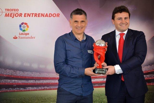 Jose Luis Mendilibar, otsaileko entrenatzaile onenaren garaikurrarekin