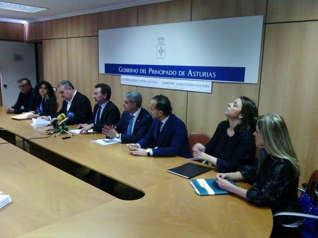 Alonso, en el centro, tras la firma del acuerdo con el Observatorio de FP Dual.