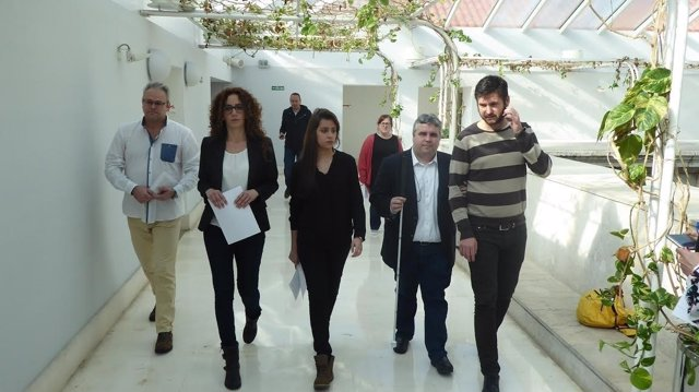 Miembros de Podemos junto a familiares de fallecidos cántabros del YAK 42