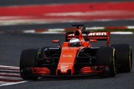 El McLaren de Alonso provoca dos banderas rojas por fallos eléctricos
