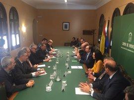 La Junta confirma a empresarios y sindicatos la inversión de 2,8 millones en el Palacio de Congresos