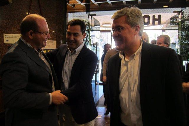 Moreno (c) saluda a Javier Márquez ante José Enrique Fernández de Moya.