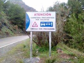 La Diputación de Málaga instala nueva señalización en carreteras provinciales para mejorar la seguridad de ciclistas