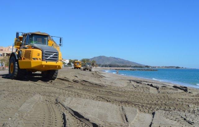 Maquinaria trabaja en las playas de Vera