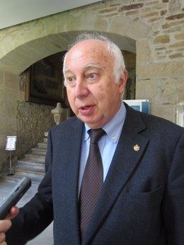 El profesor Juan Casares Long, exrector de la USC.