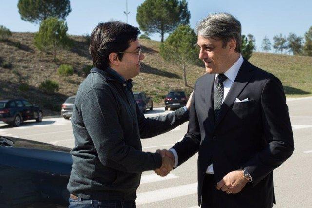 El teniente de alcalde de Barcelona G.Pisarello y el pte. De Seat L.De Meo