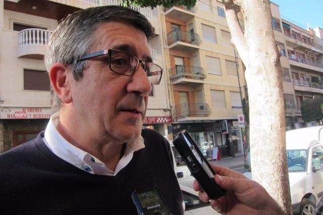 Patxi López atendiendo a los medios en Alcantarilla