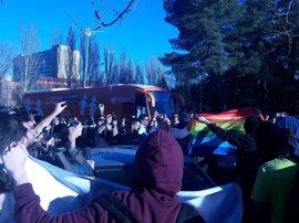 Tensión entre miembros de Hazte Oír y los estudiantes de la Complutense por la presencia del polémico bus en el campus