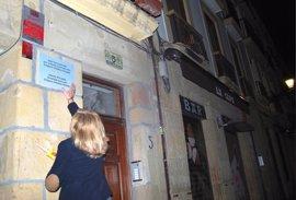 Covite coloca en Bilbao y San Sebastián 62 placas en recuerdo de 86 víctimas del terrorismo