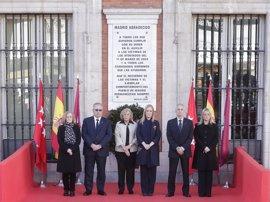 Cifuentes y Carmena depositan una corona de laurel en Sol ante la placa que recuerda a las víctimas del 11M