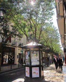 Kiosco de la ONCE en una calle con sol