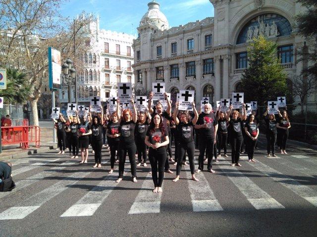 Los activistas han recorrido descalzos la plaza del Ayuntamiento