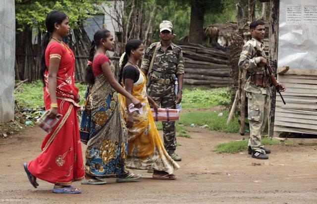 Militares indios desplegados contra la insurgencia maoísta en Awapalli