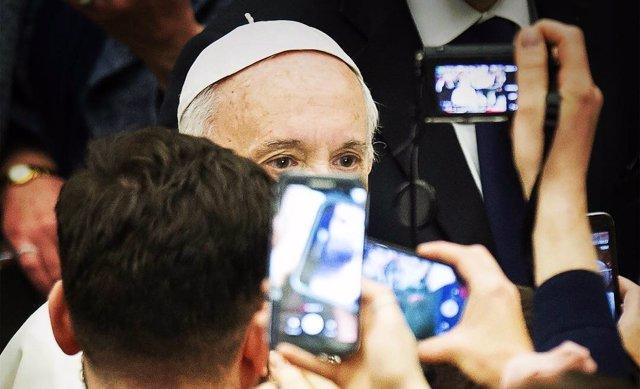 El Papa Francisco, fotografiado por los fieles durante una audiencia