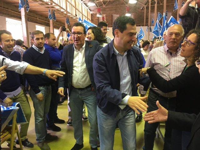 El presidente del PP-A, Juanma Moreno, con Manuel Andrés González.