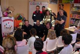 Los niños ingresados en el Hospital de Valme reciben la visita de los Bomberos de Dos Hermanas (Sevilla)