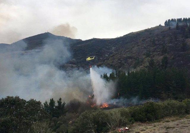 Helicóptero 112. Incendio, fuego, foco forestal. Extinción. Sofocar. Cantabria