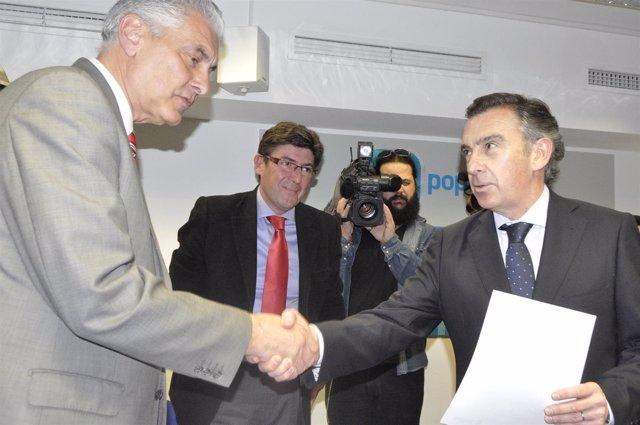 Luis María Beamonte estrecha la mano a Antonio Suárez, organizador del Congreso.
