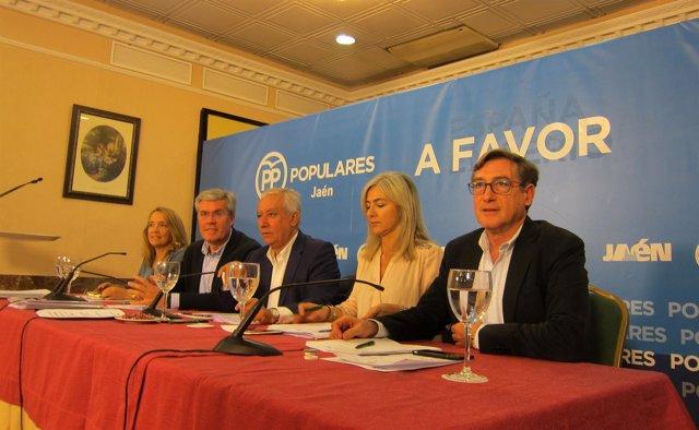 Arenas (c), en la reunión sobre la ponencia económica del PP-A.