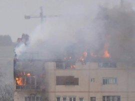 Dos bomberos heridos por quemaduras en las manos en el incendio declarado en Sestao