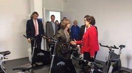 La consellera Meritxell Borràs inaugura la ampliación de un polideportivo.