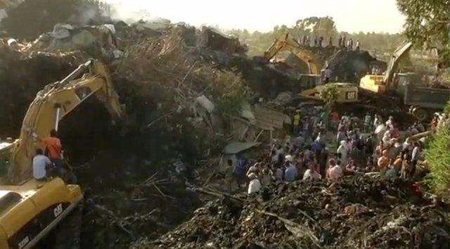 Excavadoras trabajan tras el derrumbe en un vertedero de la capital de Etiopía
