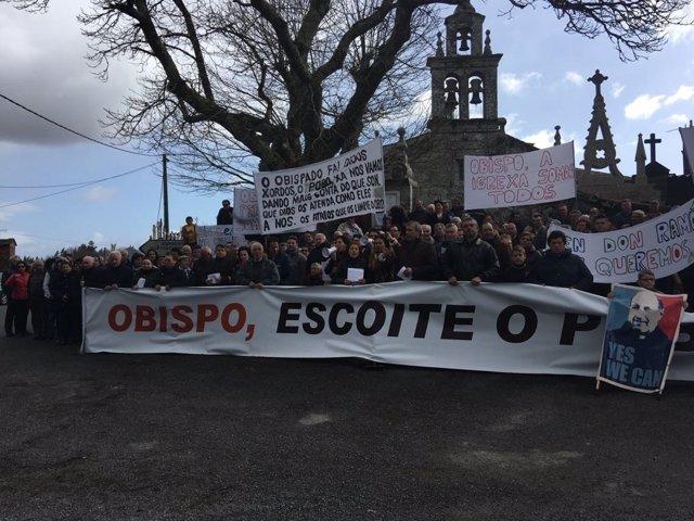 Vecinos de Friol y Guitiriz se manifiestan contra el traslado de su párroco