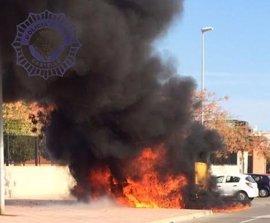 Un aparatoso incendio quema una furgoneta aparcada junto a un colegio en Castellón