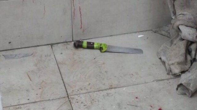 Cuchillo supuestamente utilizado por el hombre que ha atacado a dos policías