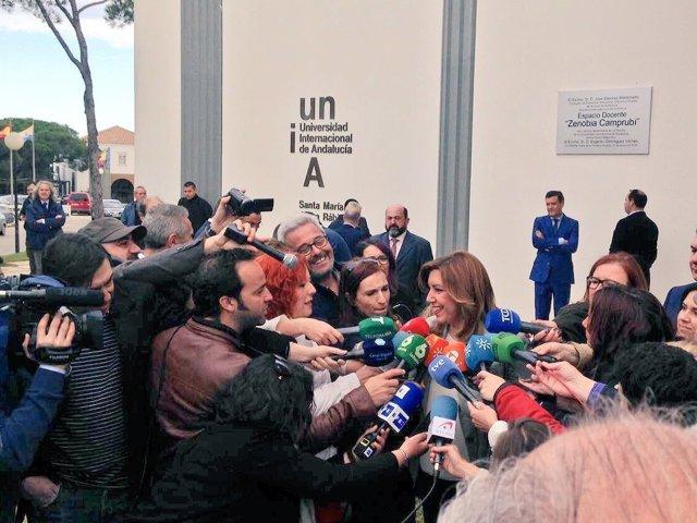 Susana Díaz atiende a los medios en La Rábida antes de un acto institucional