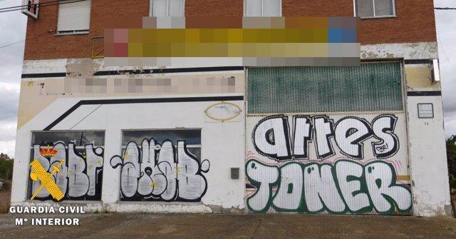 Fachada de la nave afectada por los grafitis.