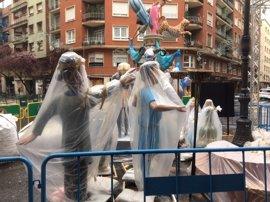 Fallas de la Sección Especial desafían a la lluvia y continuarán con la 'plantà' de sus monumentos