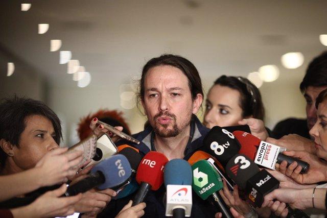 Pablo Iglesias atiende a los medios en el Congreso