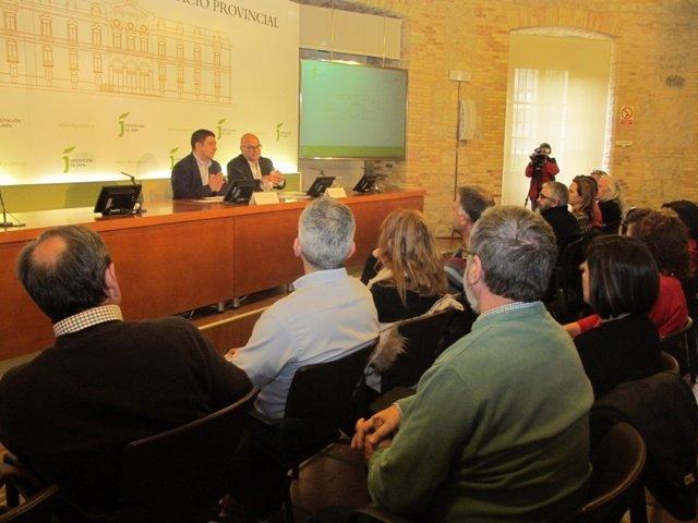 Reyes, junto a Fernández, en el encuentro con artesanos de la provincia de Jaén.