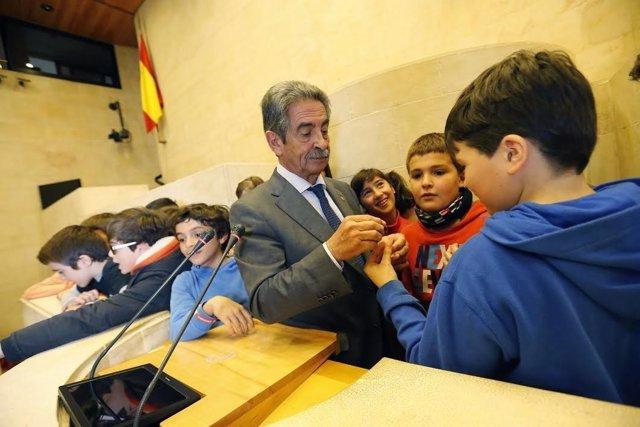 Revilla con niños en el Parlamento cántabro
