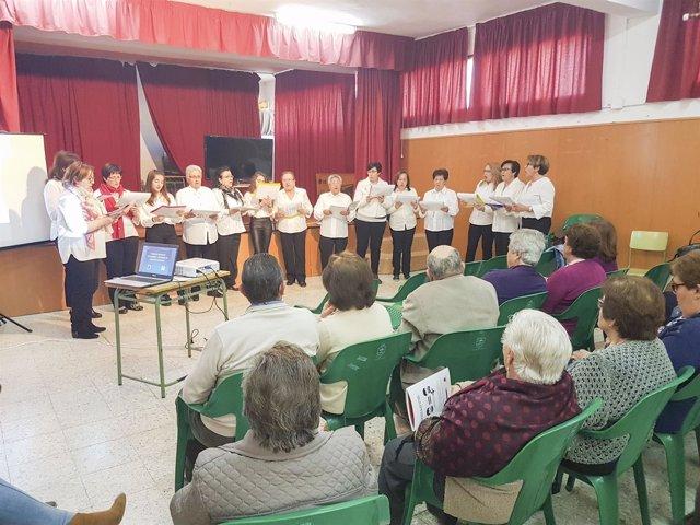 Las vecinas de Laujar muestran lo aprendido en el taller de música coral.
