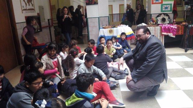 El delegado de Educación, en una visita en el colegio San José de Granada