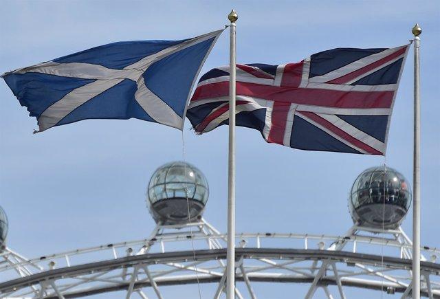 Banderas de Escocia y Reino Unido ondeando en Londres