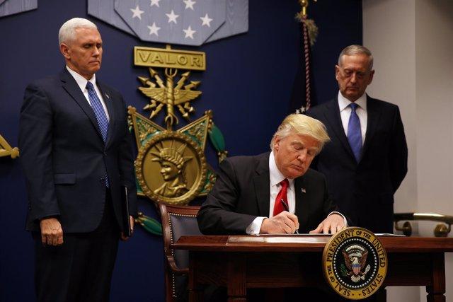 Firma de la segunda orden ejecutiva migratoria de Trump