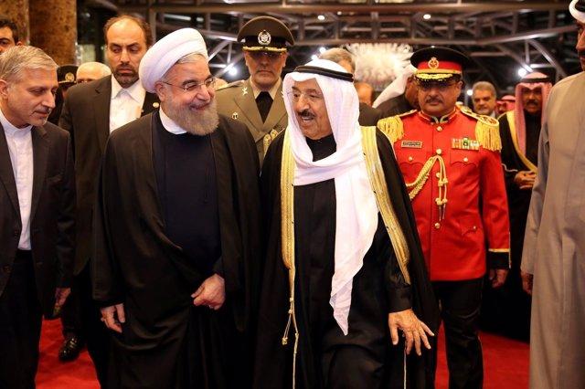 El presidente iraní, Hassan Rouhani, con el emir de Kuwait