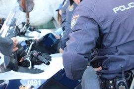Policías salvan la vida a un bebé de 12 meses que entró inconsciente en la comisaría de Parla