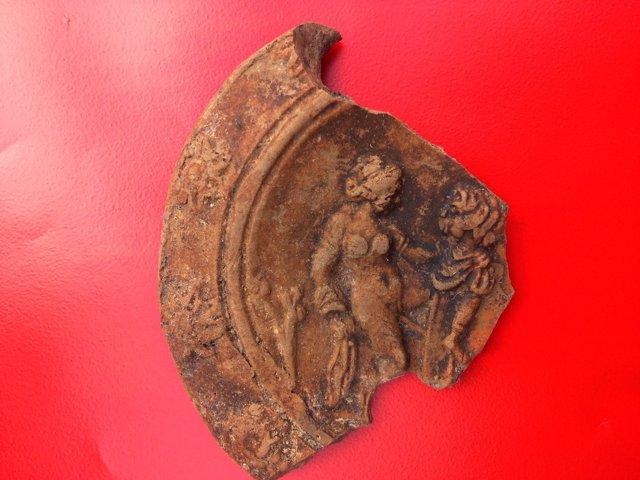 Lucerna con escena erótica hallada en als excavaciones dela UA en La Alcudia