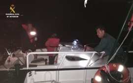 Rescatan a una menor y a su padre en un barco varado a merced del oleaje en El Rompido