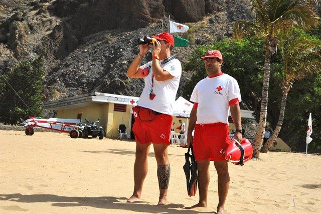 Socorristas en la playa de Las Teresitas