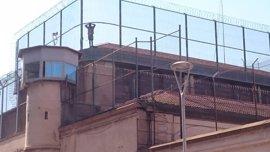 Un preso se encarama en el tejado de la cárcel de La Model